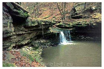 Водопад недалеко от монастыря Сахарна