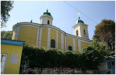 Вид на главный новый корпус монастыря Сахарна
