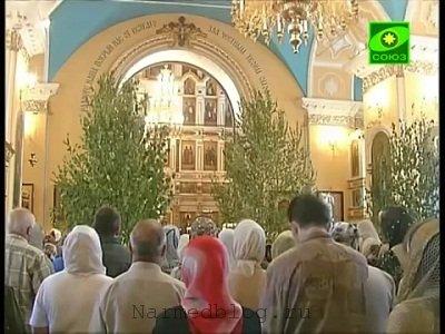 Идет служба в православной церкви