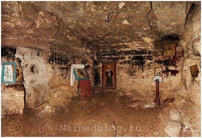 Вид внутри скального Благовещенского монастыря