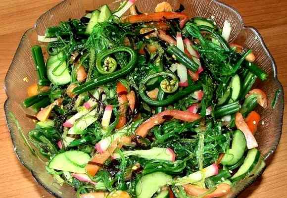 Соленые листья добавляют в салат